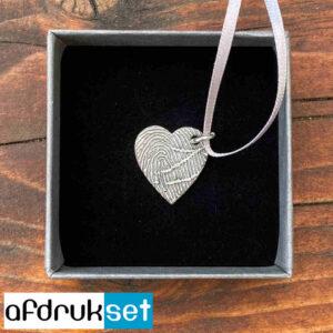 Zilveren hartjes gedenksieraad